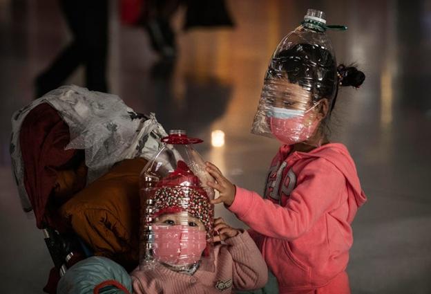 Măști din sticle de plastic. Kevin Frayer/Getty Images
