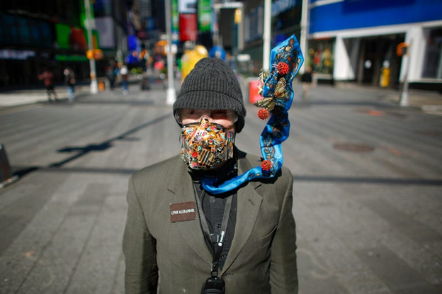 Linx Alexander purtând o mască asortată cu cravata. KENA BETANCUR/Getty Images