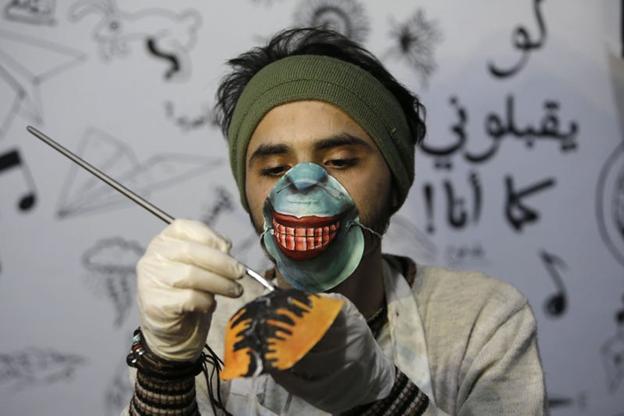 Dorgham Krakeh lucrând. MOHAMMED ABED/Getty Images