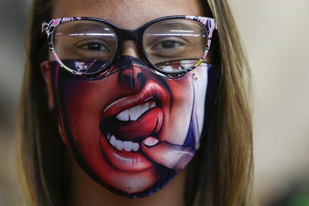O femeie cu o mască colorată. picture alliance/Getty Images