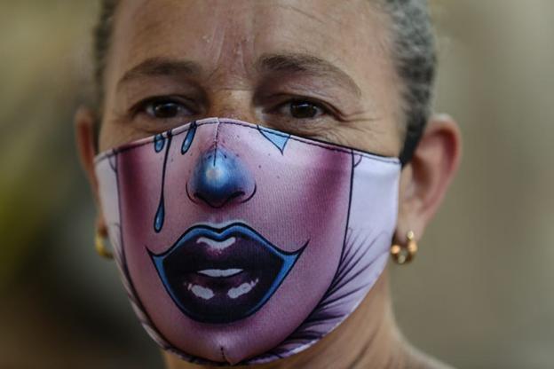 O femeie care poartă o mască de clovn. picture alliance/Getty Images