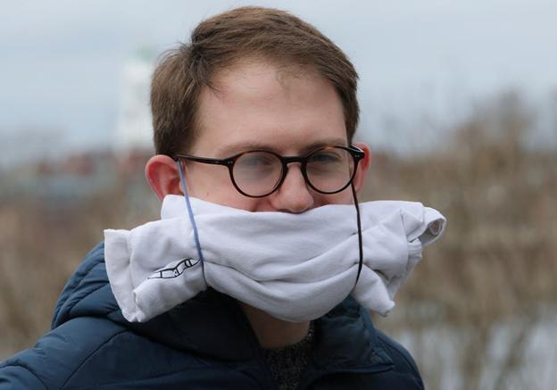 O mască făcută dintr-un tricou. Boston Globe/Getty Images