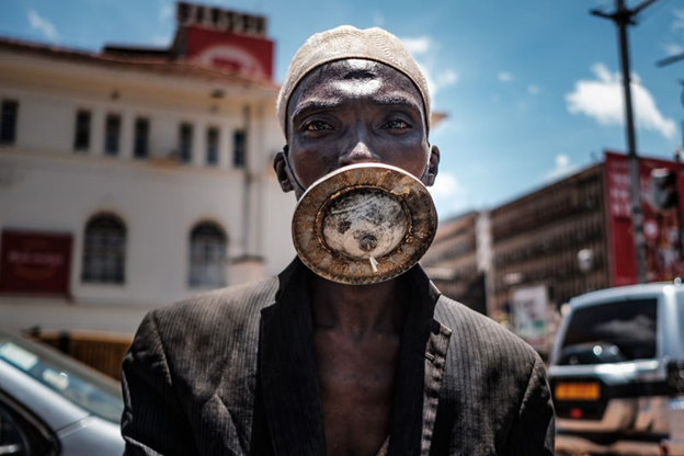 Un om purtând o mască. SUMY SADURNI/Getty Images