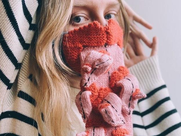 O mască tricotată a artistului Ýrúrarí.