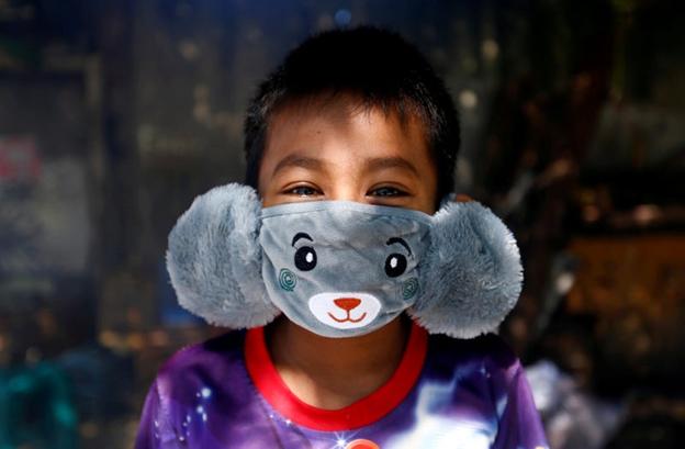 Un copil care poartă o mască în formă de animal. AJENG DINAR ULFIANA/Reuters
