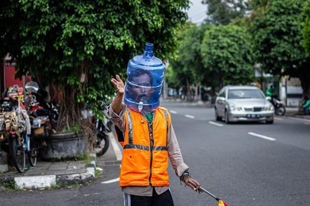 Mască de față cu recipient de apă. Pacific Press/Getty Images